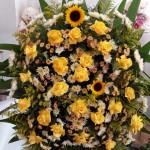 coroa de flores do campo com rosas