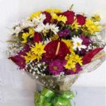 buque-de-flores-do-campo-com-rosas