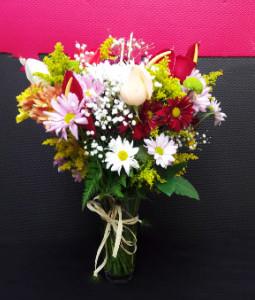 flores-do-campo-com-rosas-no-vidro